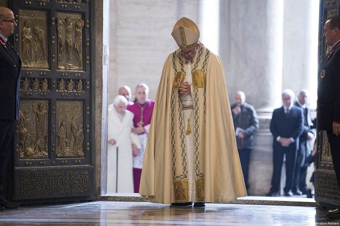 Pope Francis enters St Peters through Holy Door