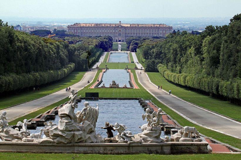 1200px-Reggia_di_Caserta,_prospettiva_dalla_fontana_di_Venere_e_Adone_-_panoramio